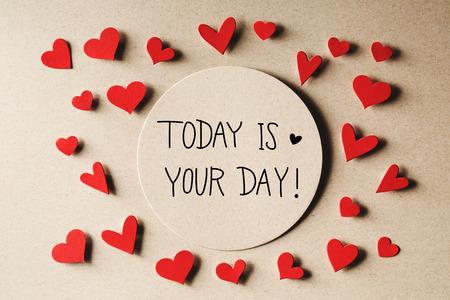 今日は手作りの小さな紙の心とあなたの日のメッセージ 写真素材
