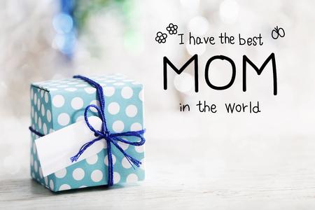 小さな手作りのギフト ボックスでメッセージを世界で最高のお母さんをあります。 写真素材