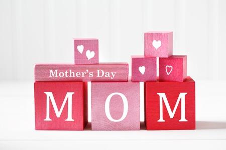 gratefulness: mensaje de D�a de la Madre en bloques de madera de color rojo y rosa Foto de archivo