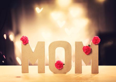 agradecimiento: bloques de la letra mam� con flores de color rosa clavel m�s de luces en forma de coraz�n