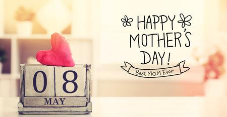 agradecimiento: 8 de mayo mensaje de D�a de madres feliz con el calendario bloque de madera Foto de archivo