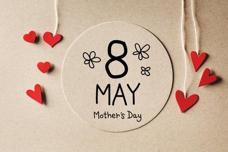 8 de mayo mensaje de Día de la Madre con los pequeños corazones de papel hechas a mano