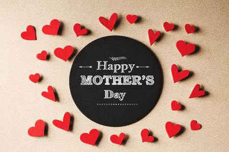 Happy Mothers Day bericht met handgemaakte kleine papieren hartjes Stockfoto - 54371487