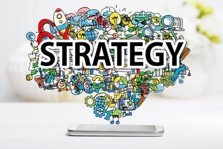 concept de stratégie smartphone sur la table blanche