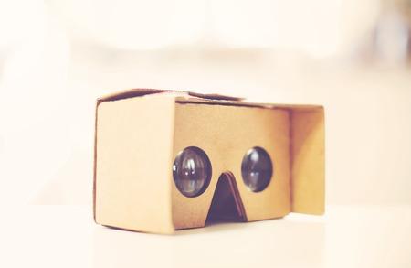 carton: Nuevo dispositivo de casco de realidad virtual para teléfonos inteligentes de cartón Foto de archivo