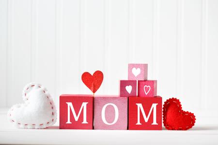 Moedersdag bericht op rode en roze houten blokken