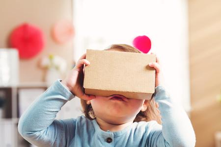 carton: Muchacha del niño utilizando un nuevo casco de realidad virtual
