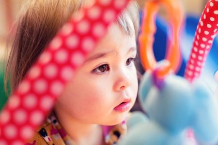乳幼児: 彼女の家のカラフルなおもちゃで幼児の女の子