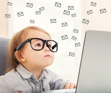 Koncepcja e-mail z malucha dziewczyny używając jej laptopa