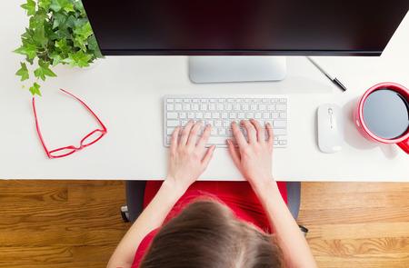 trabajando en casa: Mujer que trabaja en su oficina en casa desde el ángulo alto