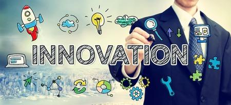 innovación: El hombre de negocios Concepto de la innovación dibujo encima de la ciudad