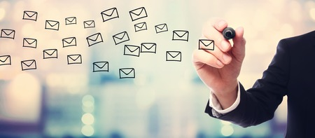 iletişim: Bulanık arka fon üzerinde İş adamı çekme E-posta kavramı Stok Fotoğraf