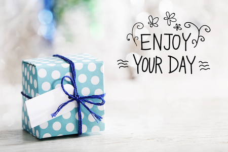 Enjoy Your Day message with small handmade gift box 版權商用圖片