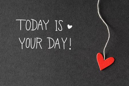 El hoy es su mensaje del Día con pequeños corazones de papel hechas a mano