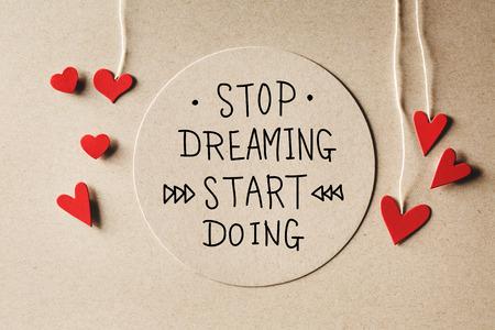 Stop Dreaming Start Doe een boodschap met handgemaakte kleine papierharten