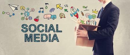 Social media concept met zakenman die een kartonnen doos Stockfoto