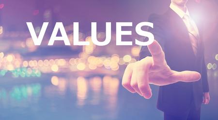 valor: Concepto de valores con el empresario en el fondo de la ciudad borrosa