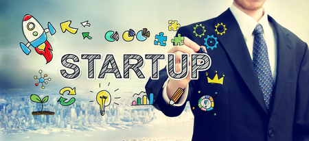 Zakenman die Startup begrip boven de stad Stockfoto