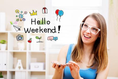 fin de semana: Hola concepto de fin de semana con la mujer joven que llevaba gafas blancas que usa su teléfono inteligente en su casa