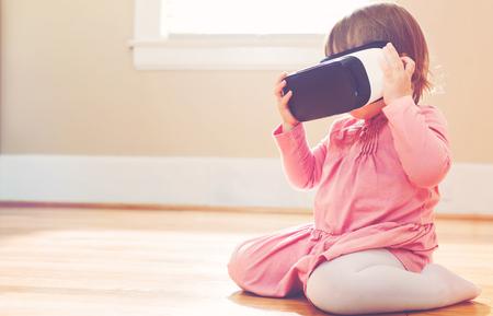 Kleinkind-Mädchen, das eine neue Virtual-Reality-Headset Standard-Bild - 58705615
