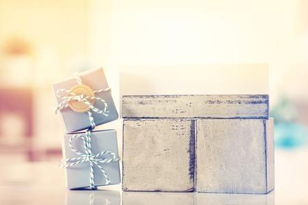 decoracion mesas: calendario diario en blanco con azul pequeñas cajas de regalo Foto de archivo