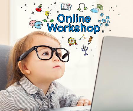 그녀의 노트북을 사용하는 유아 소녀와 온라인 워크숍 개념 스톡 콘텐츠