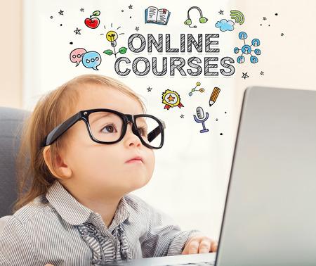 그녀의 노트북을 사용하는 유아 소녀와 온라인 코스 개념