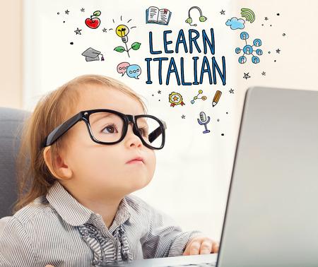 그녀의 노트북을 사용하는 유아 소녀 이탈리아 개념 알아보기 스톡 콘텐츠