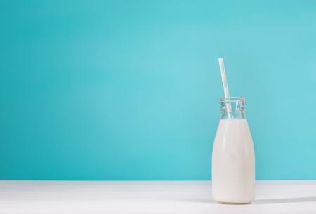 vaso de leche: Botella de leche de cristal estilo de la vendimia con el papel de paja