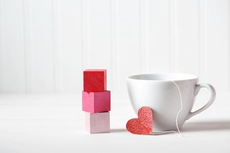 decoracion mesas: Taza de café con el pequeño corazón con bloques de madera