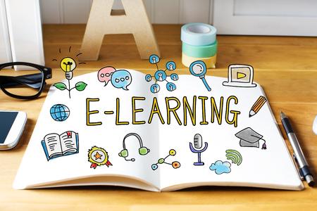 aprendizaje: E concepto de aprendizaje con el cuaderno en el escritorio de madera Foto de archivo