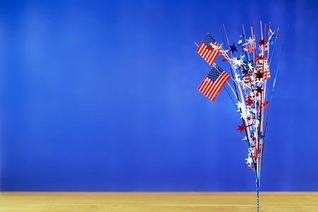 calendario julio: 4to de las decoraciones de Día de la Independencia americano de julio sobre fondo azul