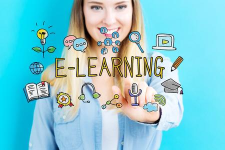 curso de capacitacion: Concepto del aprendizaje electrónico con la mujer joven sobre fondo azul