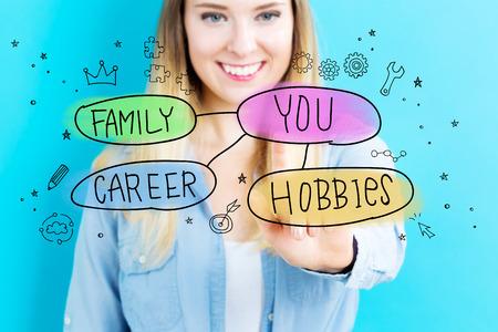 Life Balance-Konzept mit jungen Frau auf blauem Hintergrund