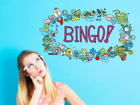 niña pensando: concepto de bingo con la mujer joven sobre fondo azul Foto de archivo