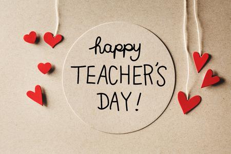 수제 작은 종이 마음으로 행복한 교사의 날 메시지 스톡 콘텐츠