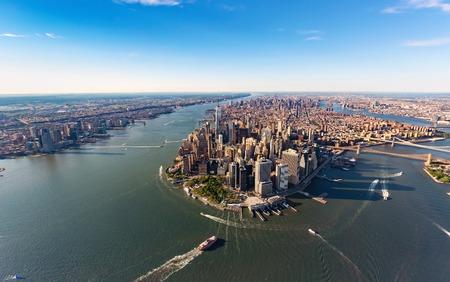 低いマンハッタン ニューヨーク市のハドソン川空撮