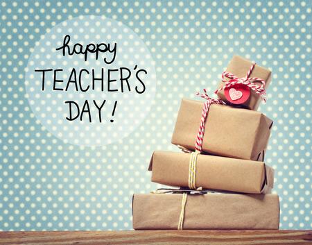 ギフト用の箱のスタックと教師の日のメッセージ