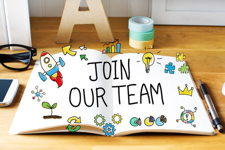 나무 책상에 노트북으로 팀 개념에 가입하십시오.
