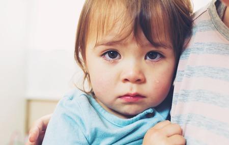 niños tristes: Llorando la muchacha del niño, siendo consolado por su madre Foto de archivo