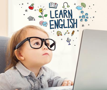 computadora caricatura: Aprender el concepto Inglés con la muchacha del niño con su ordenador portátil