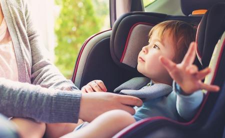 Kleinkind Mädchen in ihrem Autositz angeschnallt Standard-Bild - 60979523