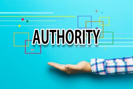 autoridad: concepto de autoridad con la mano sobre fondo azul