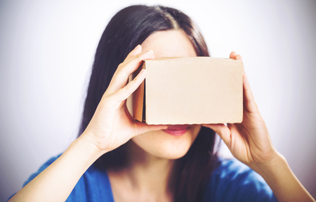 carton: mujer asiática con un nuevo casco de realidad virtual Foto de archivo