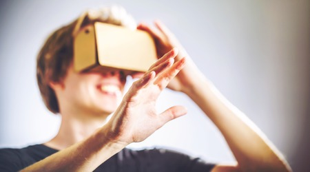 karton: Blond man using a virtual reality headset Zdjęcie Seryjne