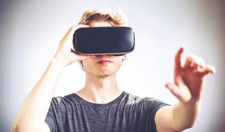 Hombre rubio usando un casco de realidad virtual