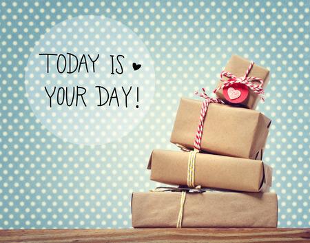 Il messaggio di oggi è il tuo giorno con una pila di scatole regalo Archivio Fotografico - 62208268