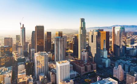 Vista aérea de un centro de Los Ángeles en la puesta del sol Foto de archivo - 63824476