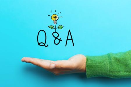 질문 및 파란색 배경에 손으로 개념 스톡 콘텐츠