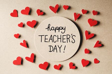agradecimiento: Feliz Día del Maestro mensaje con pequeños corazones de papel hechas a mano